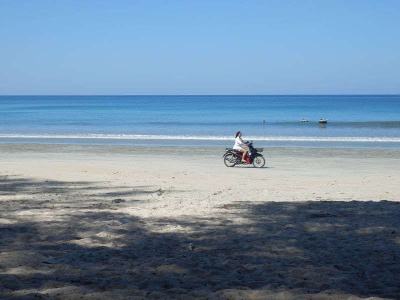 Mopedfahrerinnen am Strand....