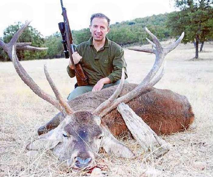 El consejero de Turismo de Baleares, Carlos Delgado, sentado sobre un ciervo muerto. Foto: Última Hora